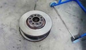 Замена-тормозных-дисков-и-колодок-на-БМВ-Х5-в-автосервисе